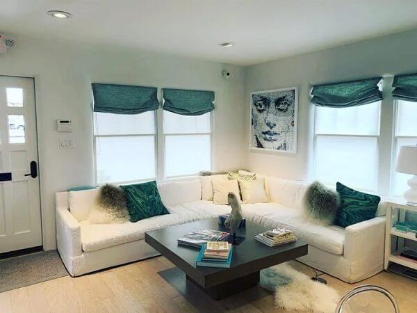 O tom da persiana conversa diretamente com as almofadas do sofá. Fonte: Sour Decor