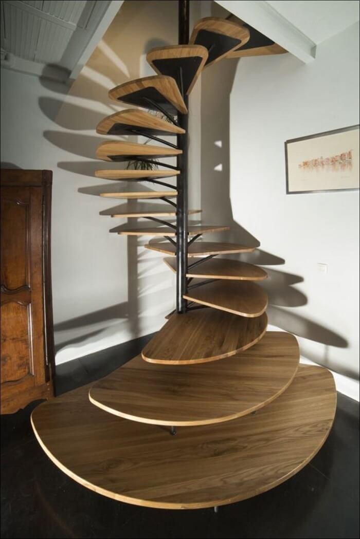 Para ambientes reduzidos estruture uma escada flutuante de madeira circular