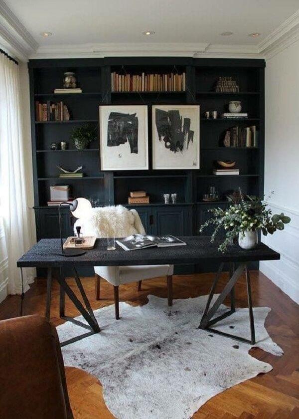 Paredes brancas, escrivaninha preta e cadeira de couro marrom