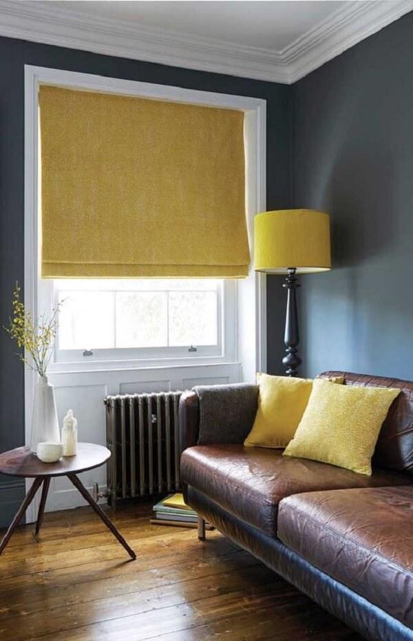 Persiana romana amarelo complementa a decoração da sala de estar