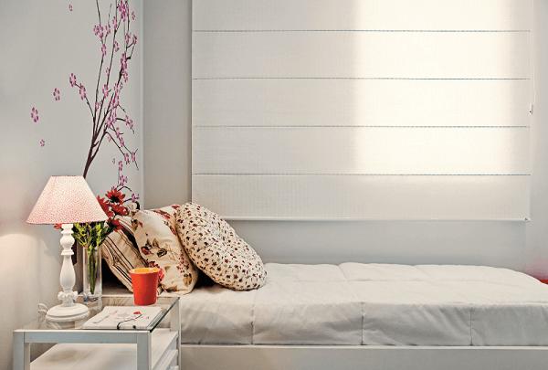 Persiana romana branca se harmoniza com a decoração do quarto