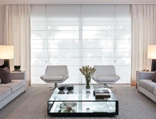 Persiana romana com cores neutras e cortina embutida para sala de estar