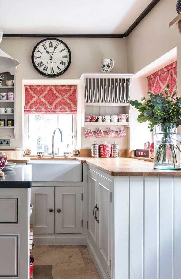 Persiana romana em tons de rosa compõe a decoração da cozinha