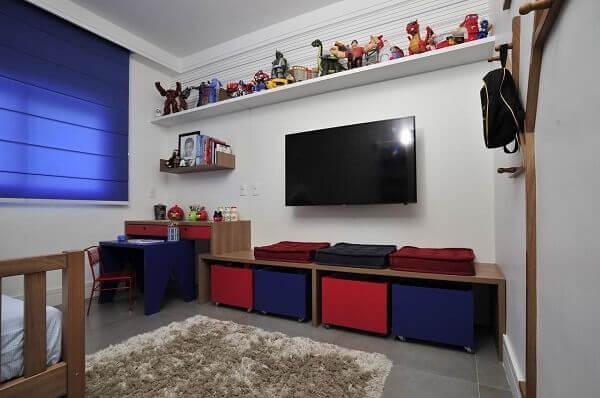 Persiana romana na cor azul encanta a decoração do quarto
