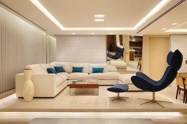 Placas de gesso posicionadas no teto e iluminação embutida