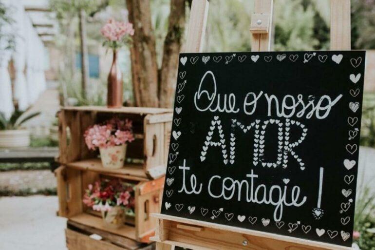 Plaquinhas de casamento com a frase Que o nosso amor te contagie