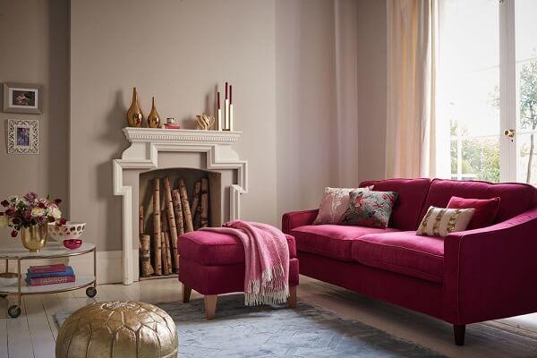Poder e romantismo com a mistura de rosa e dourado na decoração