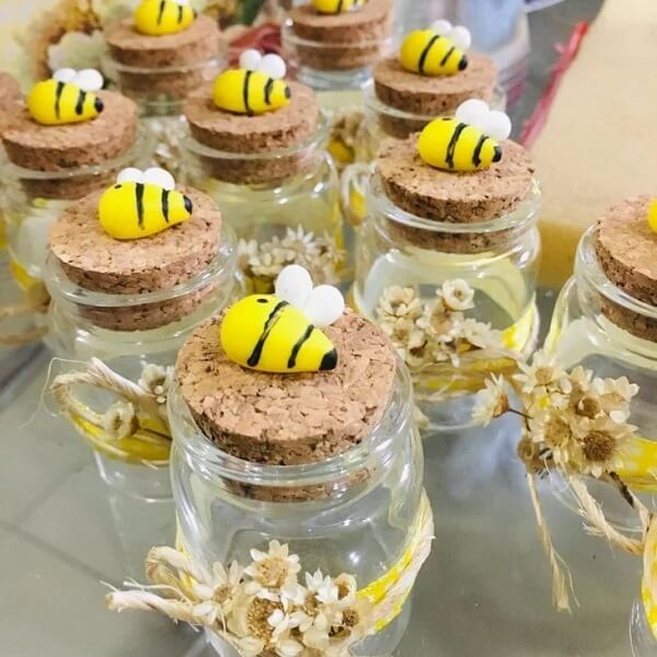 Honey pots decorated with biscuit to give as a souvenir at the farm party