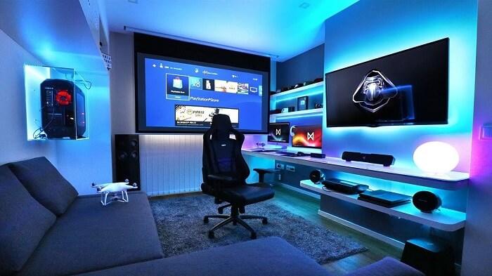 Quarto com iluminação azul e cadeira gamer preta