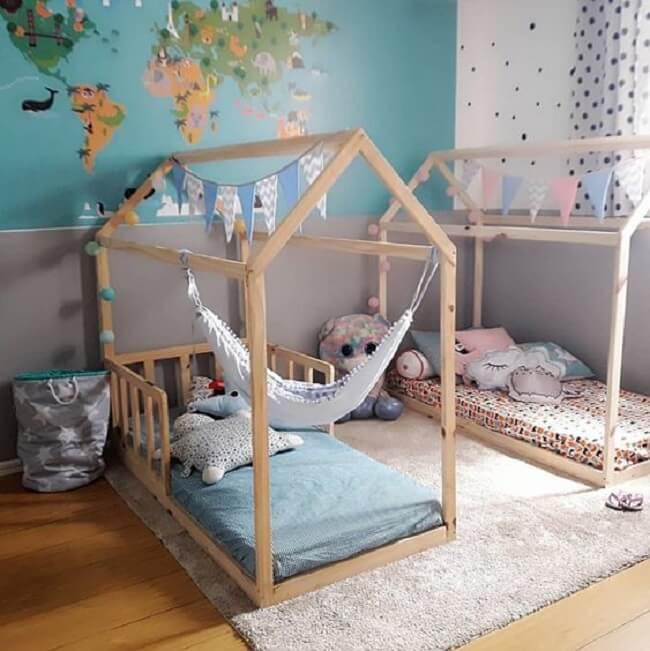 Quarto compartilhado com cama montessoriana