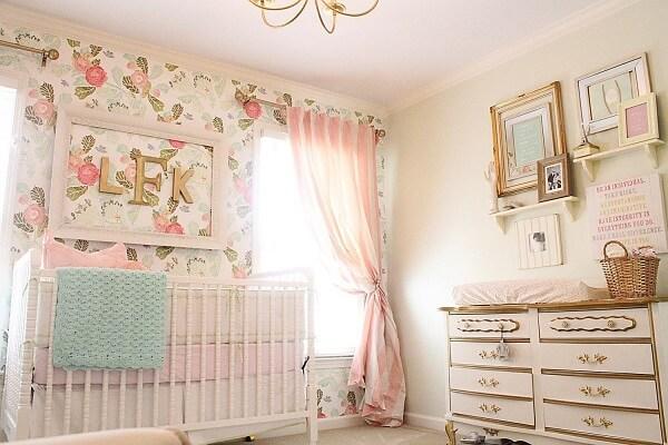 Quarto de bebê rosa com dourado traz sofisticação e romantismo ao espaço