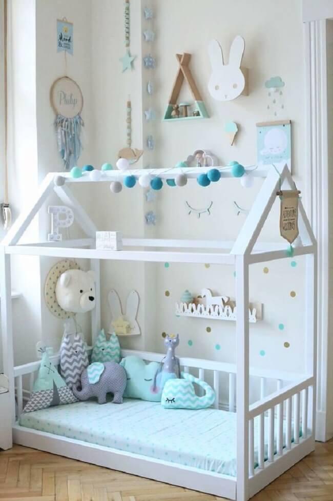 Quarto montessoriano decorado com tons de azul e branco