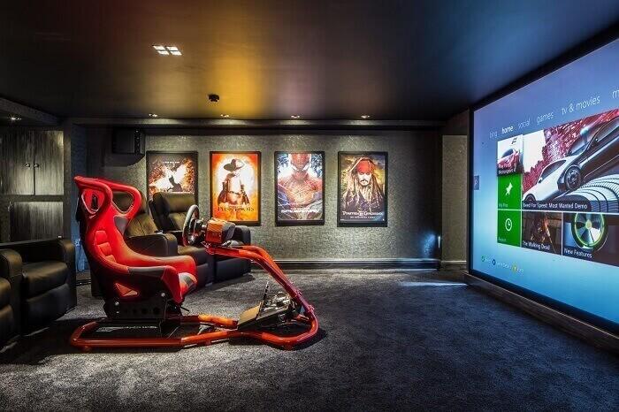 Quartos que comportam um estrutura para jogos contam com a presença de cadeira gamer