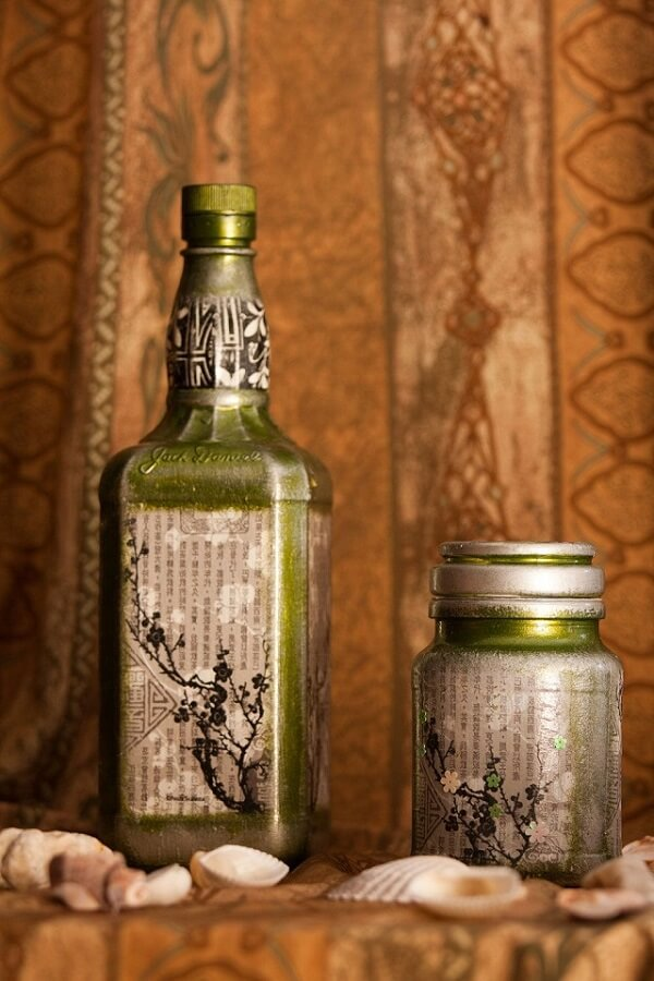 Reaproveite as folhas de uma revista velha para decorar vidros
