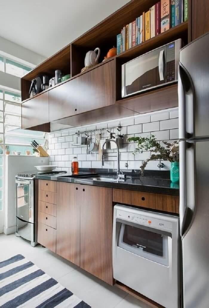 Revestimento em azulejo metro White e pia de cozinha com duas cubas. Fonte: Revista Viva Decora 2