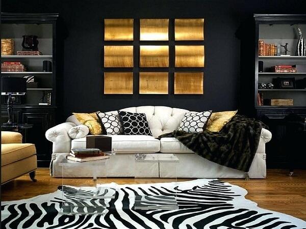 Sala de estar com decoração em preto, dourado e branco