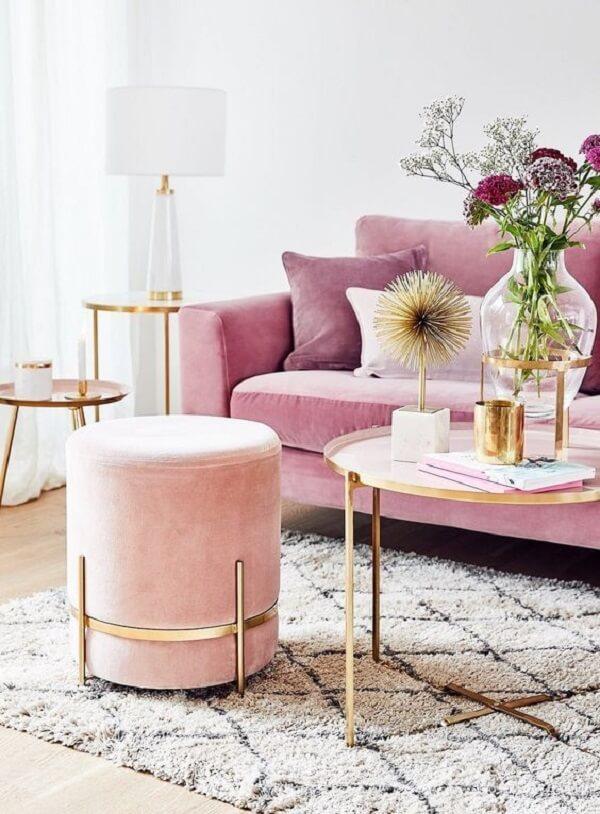 Sala de estar com decoração em rosa e dourado