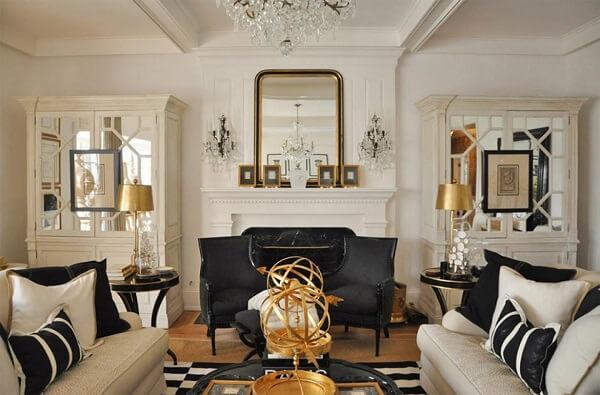 Sala de estar com estilo contemporâneo e elementos decorativos na cor dourado
