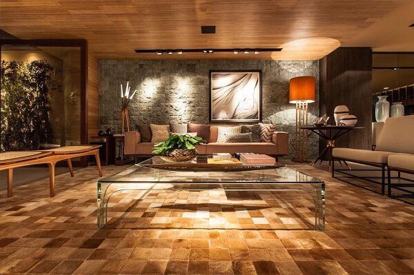 Sala de estar com mesa de centro de Vidro e tapete dourado