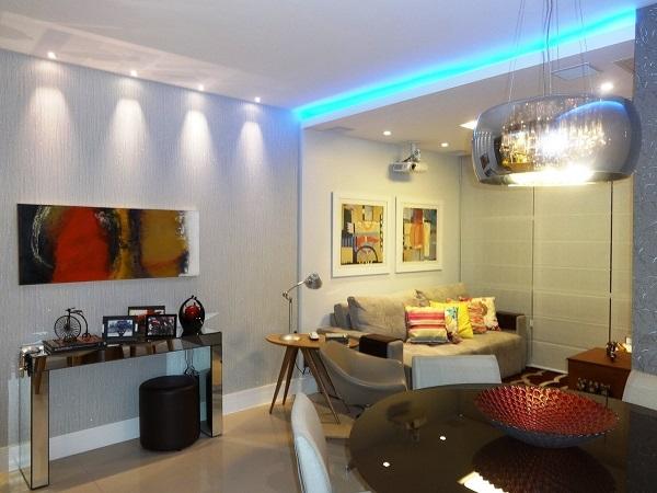Sala de estar e jantar integradas com iluminação azul