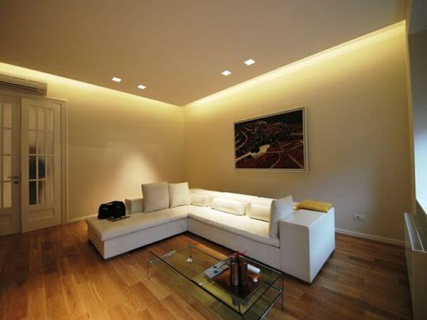 Sala de estar simples decorada com teto de gesso