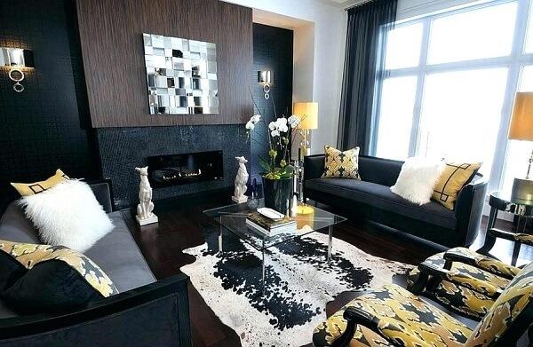 Sala de estar sofisticada com decoração mesclando as cores preto e dourado