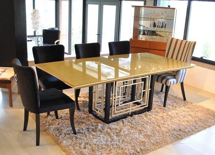 Sala de jantar com mesa retangular com tampo amarelo