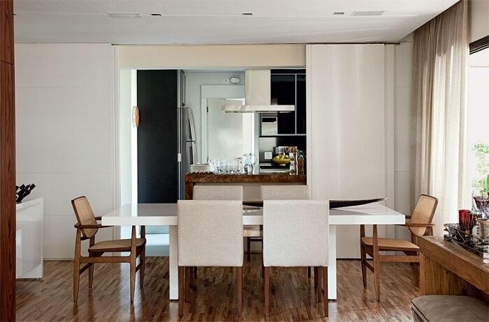 Sala de jantar com mesa retangular em madeira laqueada branca