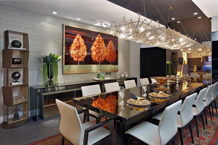 Sala de jantar encantadora com mesa retangular gigante