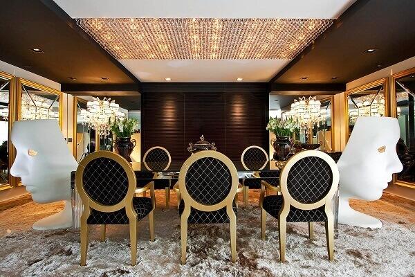 Sala de jantar luxuosa com elementos em dourado