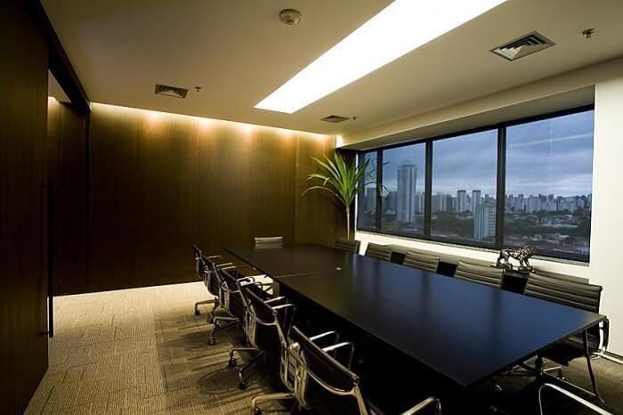 Sala de reunião formada com com cadeira para escritório na cor preta