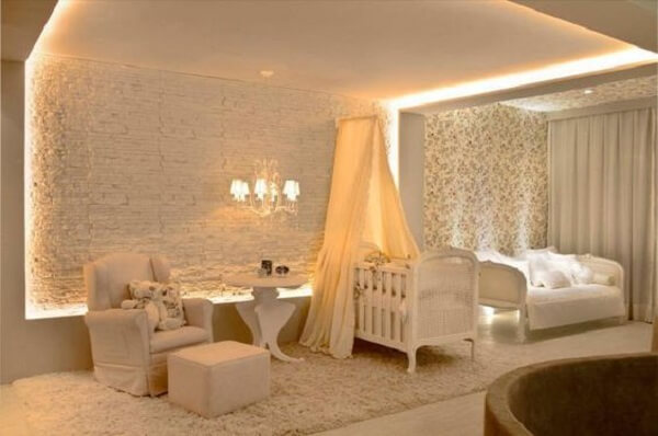 Moldura de gesso teto e parede com luz indireta