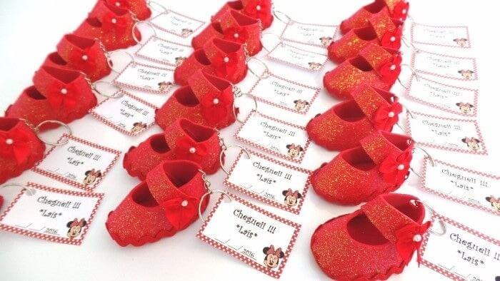 Sapatinho vermelho em EVA usado como lembrancinha de maternidade