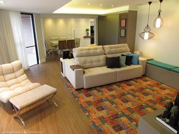 Sofá claro, tapete colorido e teto de gesso encantam a decoração da sala de estar