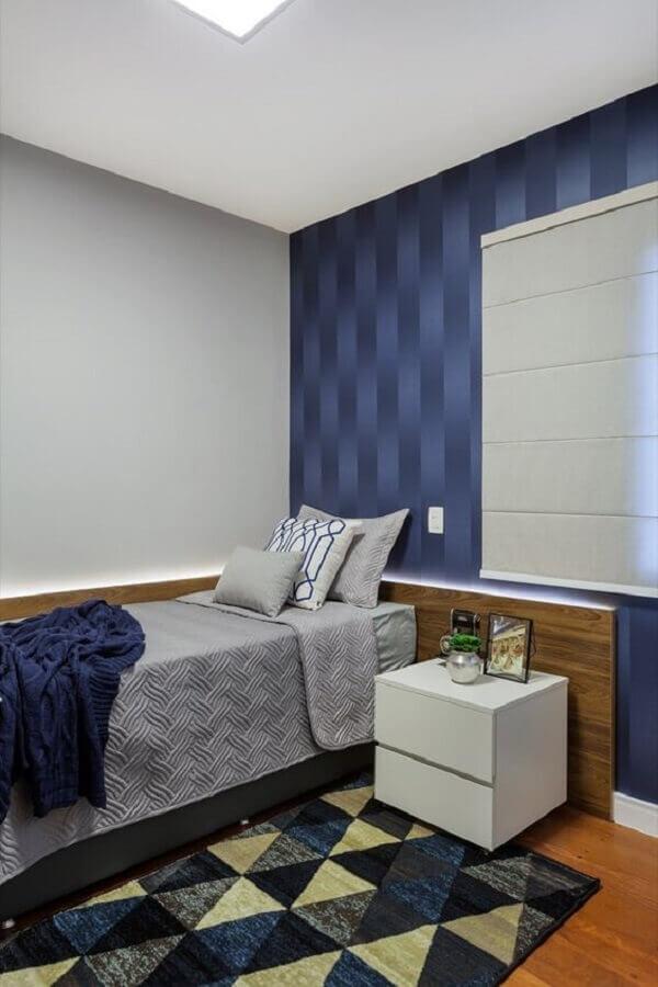 Tapete azul geométrico para decoração de quarto de solteiro Foto Rúbia M. Vieira Interiores