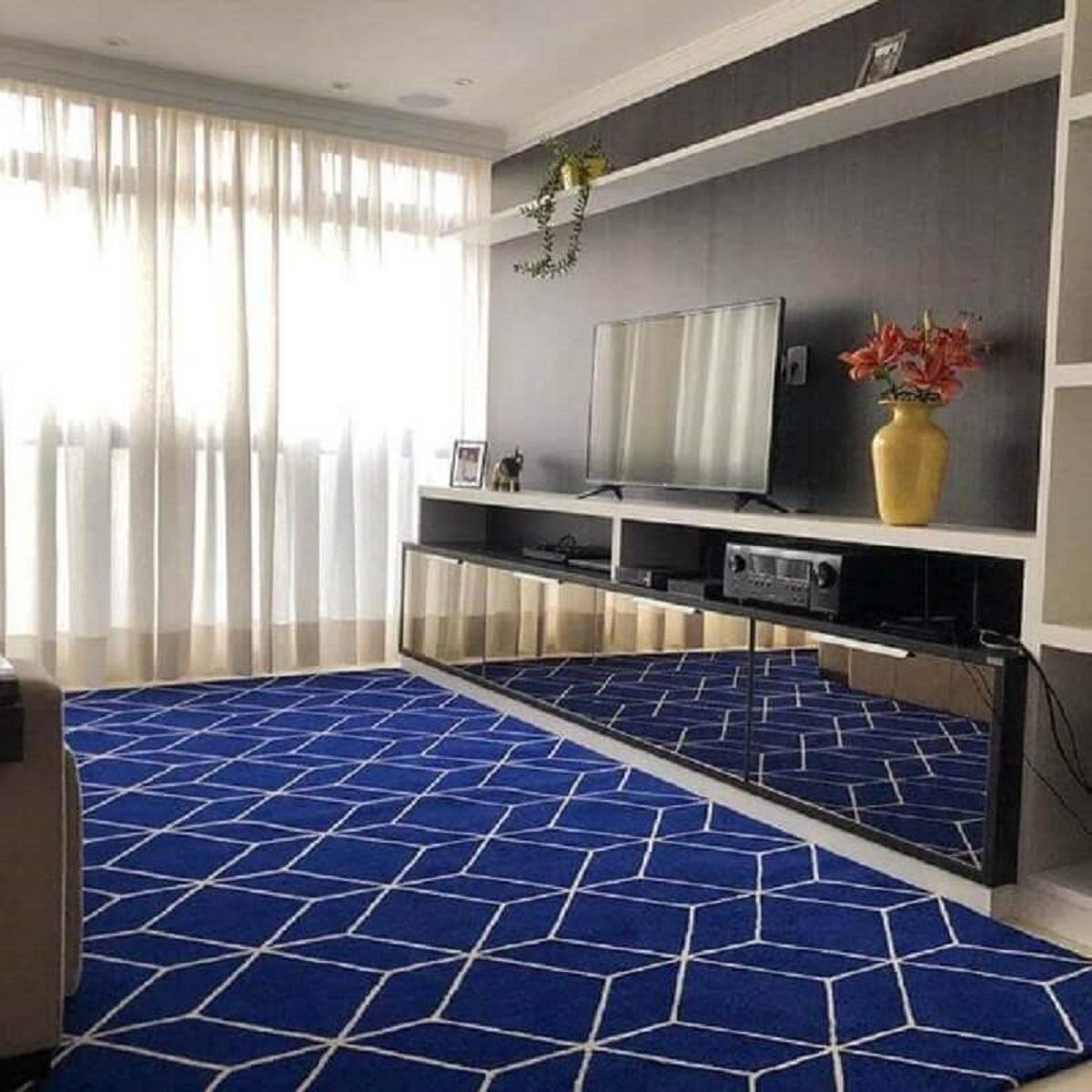 Tapete azul para sala de TV decorada com rack espelhado Foto Pinterest