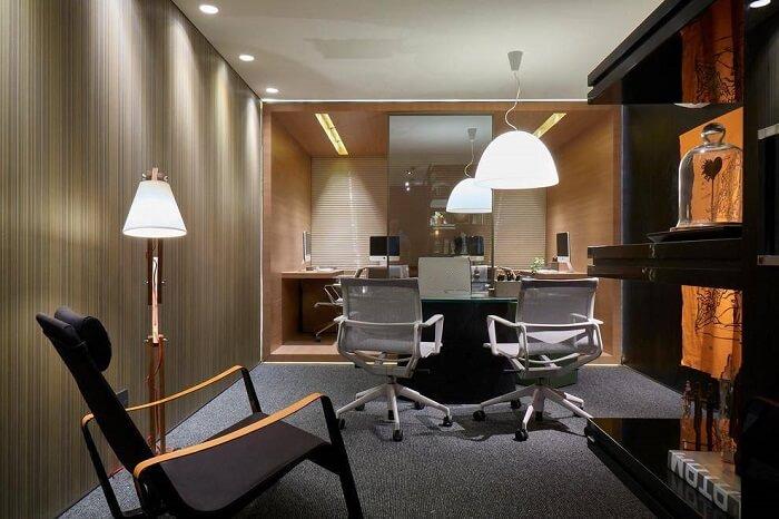 Ter uma cadeira de apoio no escritório é uma ótima opção