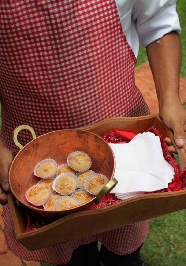 Utilize bandejas de madeira para servir doces e salgados