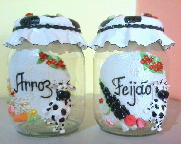 Vidros decorados com biscuit auxiliam na separação de alimentos da cozinha