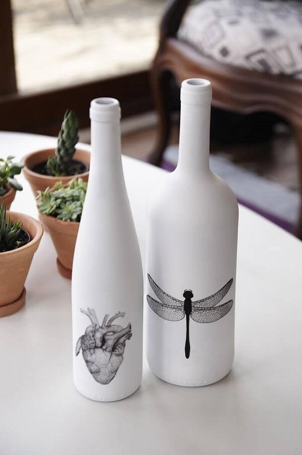 Vidros decorados com tinta fosca branca e adesivos
