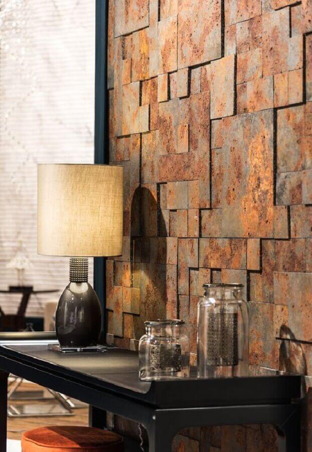 ambiente decorado com revestimento pedra ferro e aparador preto Foto Pinterest