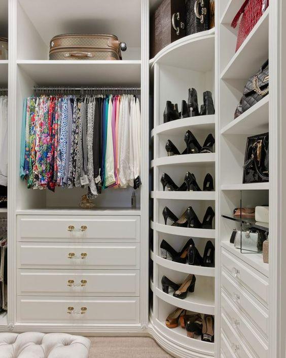 armário de canto - closet com armários de canto e prateleiras giratórias