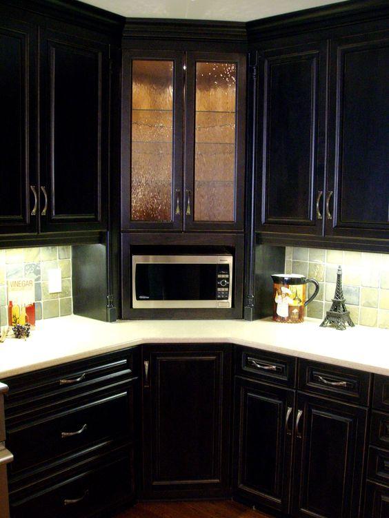 armário de canto - cozinha clássica com armários marrons