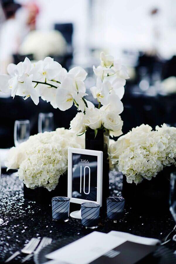 arranjo com flores brancas para enfeites para mesa de casamento preto e branco Foto Inside Weddings