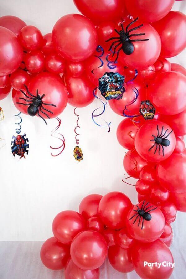 arranjo de bexigas vermelhas e aranhas de brinquedo para decoração de festa do homem aranha Foto PartyCity