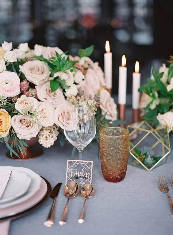 arranjo de rosas para enfeite de mesa para casamento simples Foto Lemiga Events