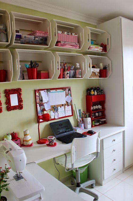 atelier de costura - ateliê com caixotes e painel