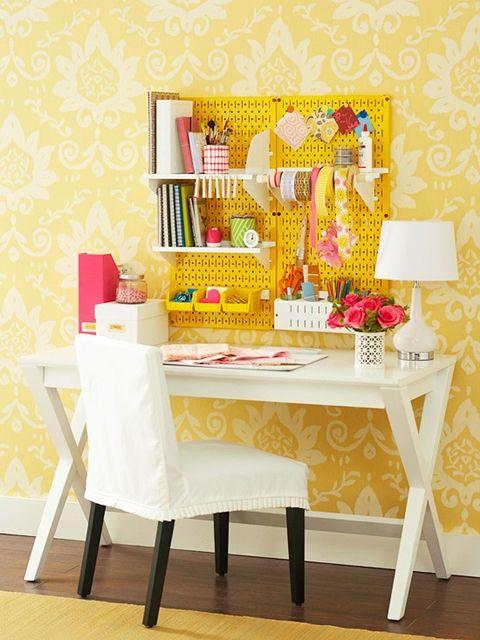 atelier de costura - ateliê com painel amarelo
