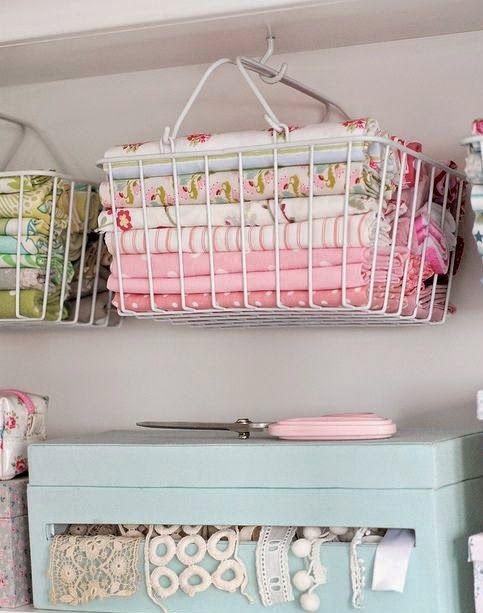 atelier de costura - ateliê de costura com cestos de tecidos
