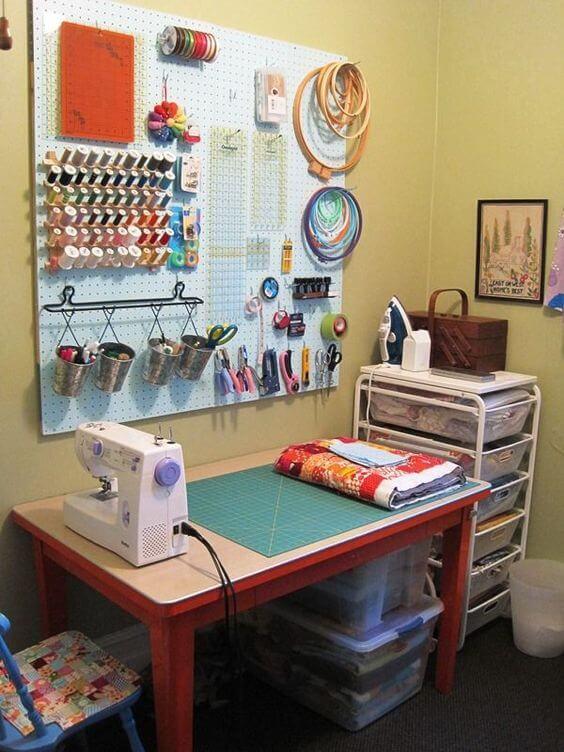 atelier de costura - ateliê simples com painel